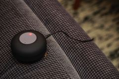 Небольшой диктор bluetooth будучи поручанным на конце кресла вверх по взгляду стоковые изображения rf