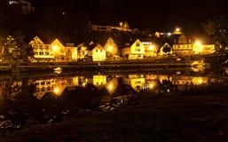 Небольшой загоренный городок вечером стоковое изображение