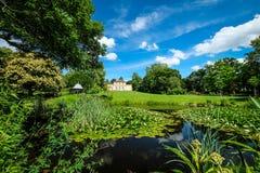 небольшой замок в красивый окружать весны стоковое фото rf