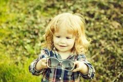 Небольшой мальчик на открытом воздухе стоковые изображения rf