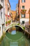 Небольшой мост в канале Венеции стоковые фотографии rf