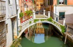 Небольшой мост в канале Венеции стоковая фотография rf