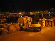 Небольшой мотоцикл на рыбном порте Сиракузы в Италии стоковые фотографии rf