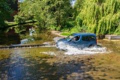 Небольш Голуб Van Driving Через река Форд стоковое изображение rf