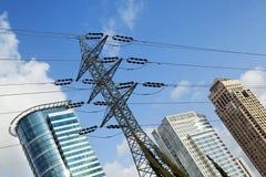 Верхние части небоскреба & высоковольтная линия электропередач Стоковые Фото