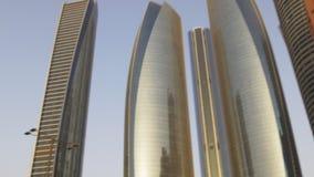 Небоскребы Абу-Даби захода солнца светлые покрывают панорама 4k ОАЭ видеоматериал