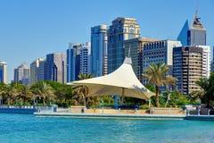 Небоскребы Абу-Даби от Персидского залива стоковое изображение
