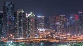 Небоскребы башен озера Jumeirah и timelapse ночи поля для гольфа, Дубай, Объениненные Арабские Эмираты акции видеоматериалы