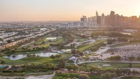 Небоскребы башен поля для гольфа и озера Jumeirah перед timelapse захода солнца, Дубай, Объениненные Арабские Эмираты акции видеоматериалы
