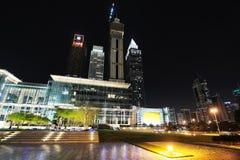 Небоскребы всемирного торгового центра Дубай на ноче Стоковые Фото