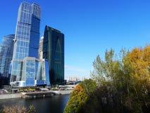Небоскребы в городе Москвы Архитектурный комплекс офиса и жилых домов стоковые изображения