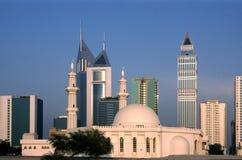Небоскребы в Дубай, ОАЭ с мечетью в переднем плане Стоковая Фотография