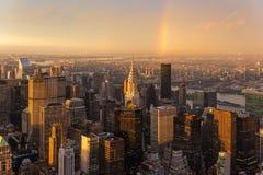 Небоскребы в центре города Нью-Йорке с Ист-Ривер на предпосылке на драматическом после света захода солнца шторма Стоковое Изображение