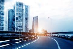 Небоскребы города рядом с шоссе стоковые фотографии rf