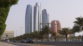 Небоскребы залива пляжа Абу-Даби известные торгуют взглядом 4k ОАЭ дороги акции видеоматериалы