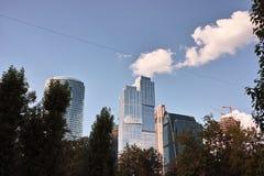 Небоскребы на заднем плане день kremlin moscow города напольный иллюстрация вектора