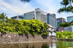 Небоскребы около имперского дворца в токио стоковое фото rf
