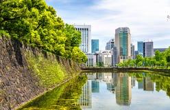 Небоскребы около имперского дворца в токио стоковая фотография rf