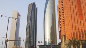 Небоскребы дороги движения света захода солнца города Абу-Даби осматривают 4k ОАЭ видеоматериал
