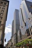 Небоскребы от Пятого авеню в Манхаттане от Нью-Йорка в Соединенных Штатах Стоковое Изображение RF