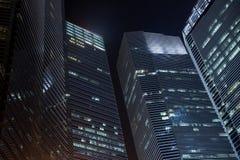 Небоскребы офиса на ноче Стоковая Фотография