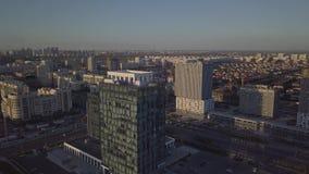 Небоскребы против фона района одно-этажа против фона города видеоматериал