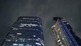 Небоскребы современного дизайна загоренные на nighttime в центре города, конце вверх сток-видео
