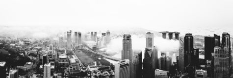 Небоскребы центра города CBD Сингапура - пасмурная погода - деловой райо стоковое фото