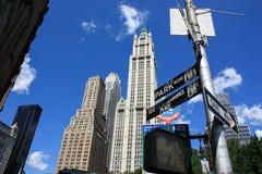 Небоскребы manhattan Улицы указателей Небоскребы на предпосылке голубого неба Стоковое фото RF