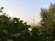 Небоскреб над рекой Стоковое фото RF