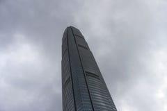 Небоскреб на предпосылке голубого неба Гонконга, офисного здания, дня Финансовый район города Многоэтажные здания Стоковые Изображения RF