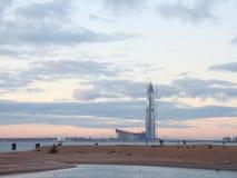 небоскреб на светах вечера пляжа стоковая фотография rf