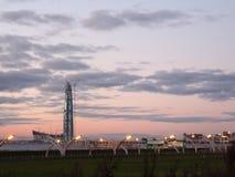небоскреб на светах вечера пляжа стоковое фото
