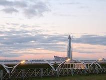 небоскреб на светах вечера пляжа стоковое изображение rf