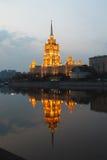 небоскреб ночи сталинист стоковые изображения