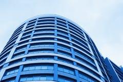 Небоскреб офисного здания синего стекла на предпосылке горизонта стоковая фотография rf