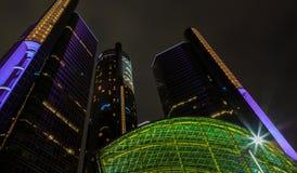 Небоскреб портового района Детройта городской на ноче Стоковые Изображения