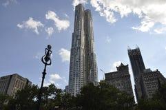 Небоскреб Gehry Residentials в более низком Манхаттане от Нью-Йорка в Соединенных Штатах Стоковые Изображения