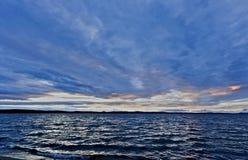 Небо акварели синего вечера пасмурное над озером Стоковое фото RF