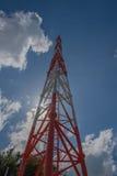 Небо башни радиосвязи высокорослое, белых и красных и голубых Стоковое Изображение