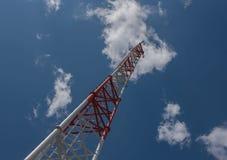 Небо башни радиосвязи высокорослое, белых и красных и голубых Стоковое Фото