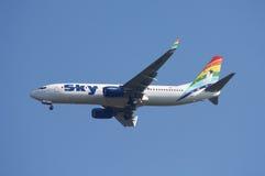 небо Боинга 737 авиакомпаний Стоковые Фотографии RF