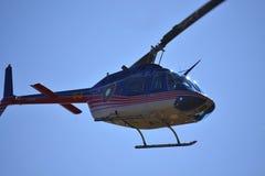 Небо вертолета Bell-206 голубое Стоковое Изображение RF