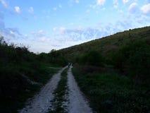 Небо весны и дорога горы стоковые фото