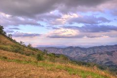 Небо вечера и панорамные взгляды от горной вершины Phu Lom Lo, национального парка Phu Hin Rong Kla, Kok Sathon, района Дэн Sai,  Стоковое Фото