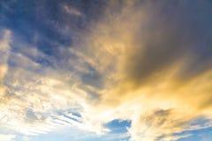 Небо вечера перед заходом солнца Стоковые Фото