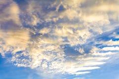Небо вечера перед заходом солнца Стоковое Изображение