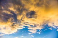Небо вечера перед заходом солнца Стоковое Фото