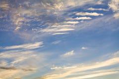 Небо вечера перед заходом солнца Стоковые Изображения
