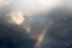 Небо вечера после дождя, радуги идет в облако, a фантастично стоковое фото